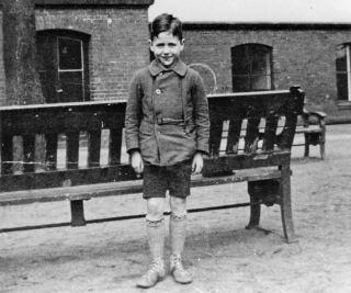 De zevenjarige Stephan Lewy op de binnenplaats van het Joodse Baruch Auerbachweeshuis in Berlijn, 1932. (U.S. Holocaust Memorial Museum, welwillend ter beschikking gesteld door Stephan Lewy)