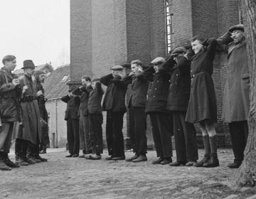 Leden van de Binnenlandse strijdkrachten houden een groep collaborateurs onder schot (Anefo / fotograaf onbekend - wiki)