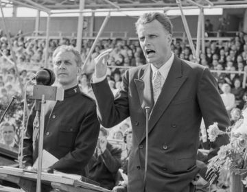 Billy Graham tijdens een spreekbeurt in Noorwegen, 1955 (National Archives of Norway)