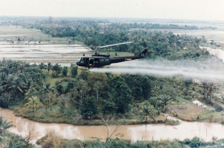 Amerikaanse helikopter verspreidt Agent Orange tijdens de Vietnamoorlog ( U.S. Army)