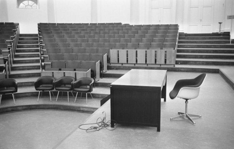 Lege collegezaal van de KU Leuven (cc - Eric Koch - Anefo - Nationaal Archief)