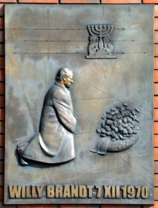 Monument voor de knieval van Bondskanselier Brandt in Warschau - cc