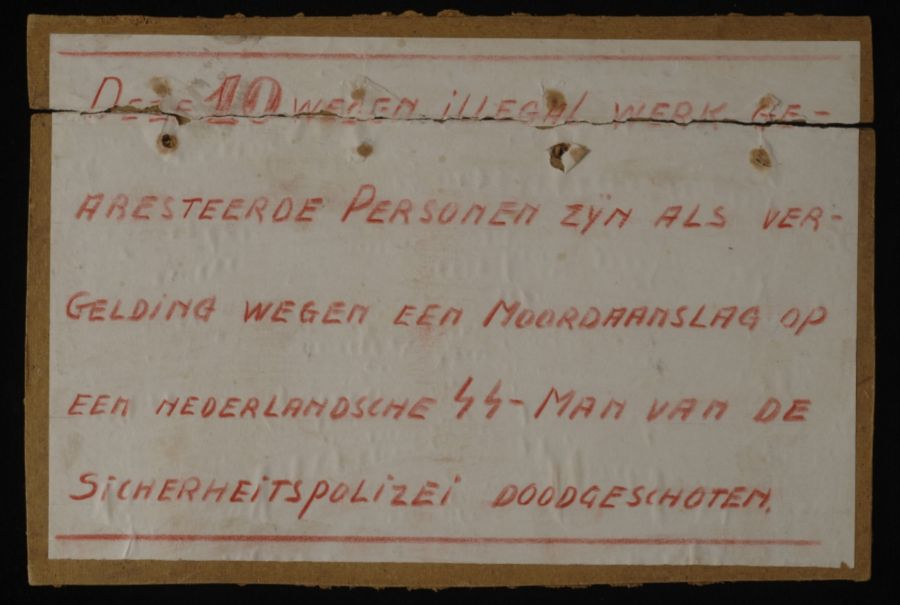 Kartonnen bord, geplaats bij de fusillade plek op 20 februari 1945 (CC BY-SA 3.0, Collectie Museum Rotterdam)