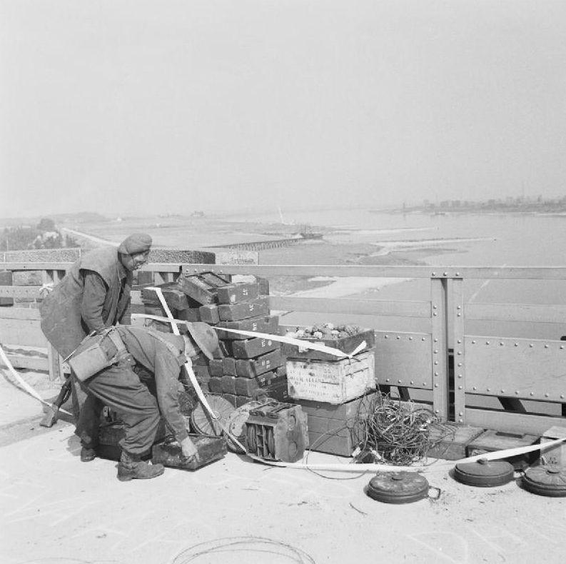 Britse soldaten ontmantelen Duitse explosieven op de Waalbrug.