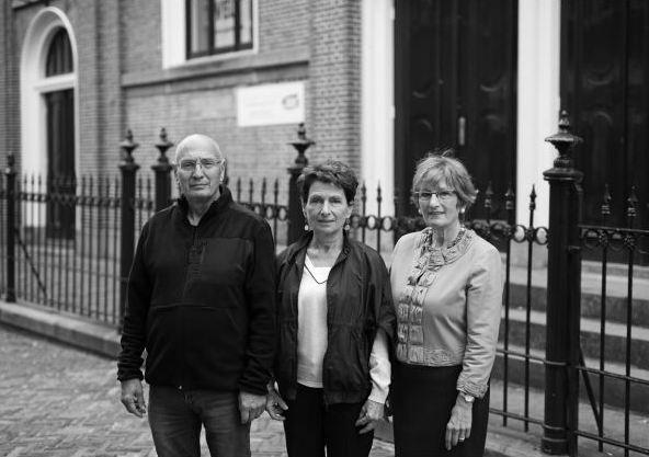 André, Marion en Yvette bij de synagoge in Leeuwarden. Foto Tryntsje Nauta
