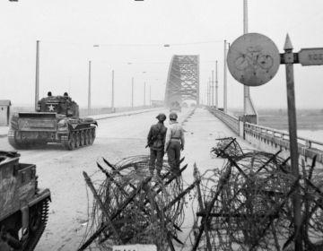 Tanks op de Waalbrug tijdens Market Garden
