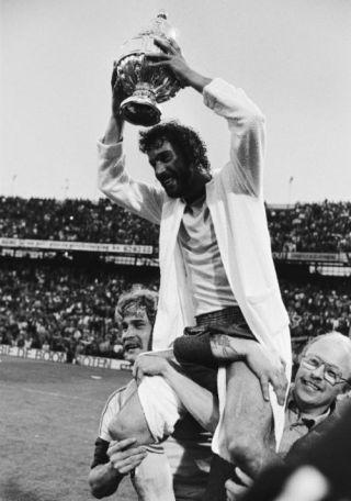 Feyenoord tegen Ajax 3-1, KNVB beker finale in De Kuip, 1980 - Feyenoord-aanvoerder Rene Notten met de beker. (cc - Anefo - Koen Suyk)