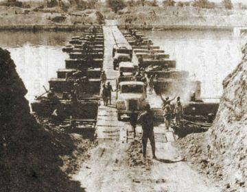 Jom Kippoeroorlog - Egyptische troepen teken het Suezkanaal over