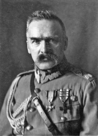Generaal Jozef Pilsudski, de stichter van de Tweede Poolse republiek in 1918 en het grote voorbeeld voor de huidige leider Kaczynski - wiki