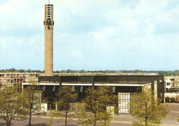 De Boxtelse Maria Reginakerk van Jan Strik (1959-1960) is in 2007 afgebroken. De toren, met als bijnaam Magere Josje, is overgebleven (Reliwiki)