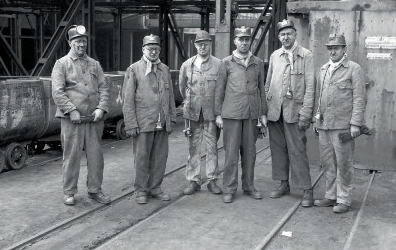 Minister Huysmans bezocht in 1947 de Staatsmijn Maurits te Geleen, waar hij ook ondergronds werd rondgeleid. V.r.n.l.: hoofdbedrijfsleider ir. Antoon Bergstein, directielid H.H. Wemmers en de minister.