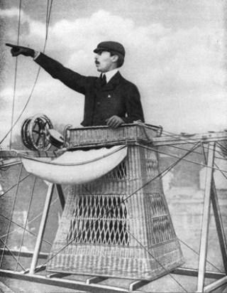 Alberto Santos-Dumont in een van zijn creaties (Publiek Domein - wiki)