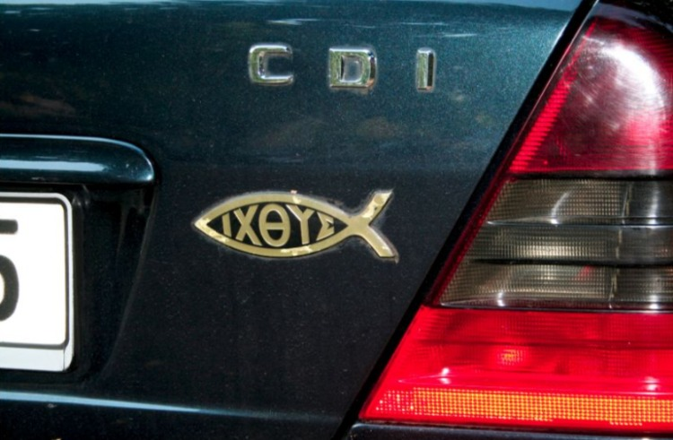 Ichthus-symbool op een auto (CC BY-SA 3.0 - wiki)