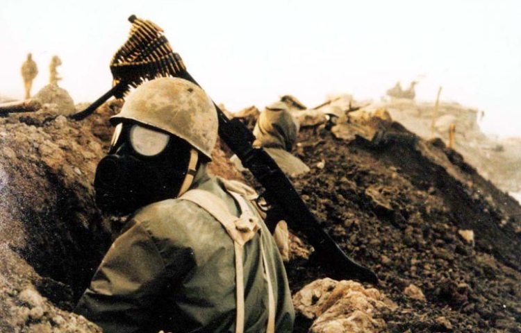 De Irak-Iranoorlog (1980-1988) - Iraanse strijder met gasmasker (CC BY-SA 3.0 - wiki)