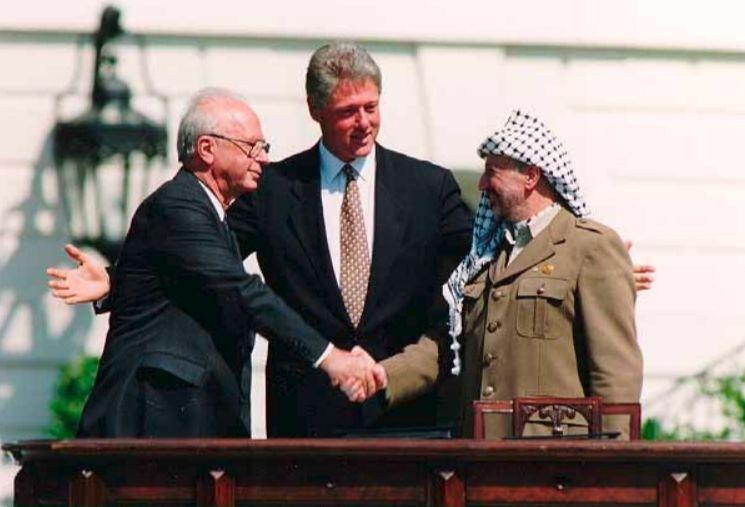 Yitzchak Rabin, Bill Clinton en Yasser Arafat tijdens de Oslo-akkoorden, 13 september 1993 (Publiek Domein - wiki - Vince Musi / Witte Huis)