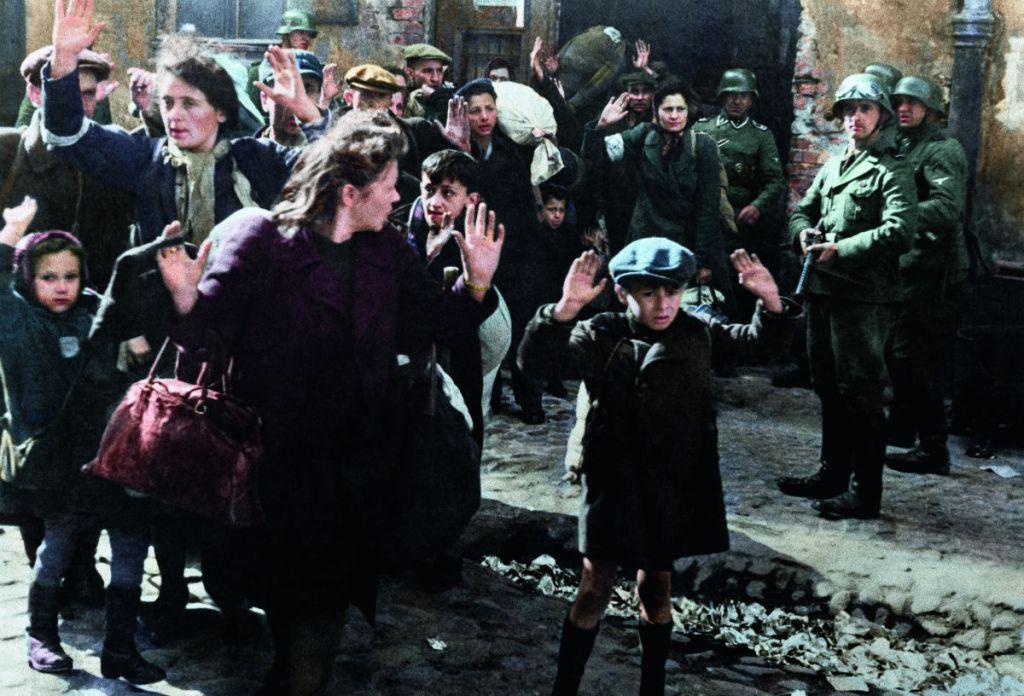 Bekende historische foto gemaakt in het getto van Warschau – Foto uit: 'De tijd in kleur. Beelden uit de wereldgeschiedenis 1850 – 1960' – Dan Jones en Marina Amaral, Uitgeverij Omniboek