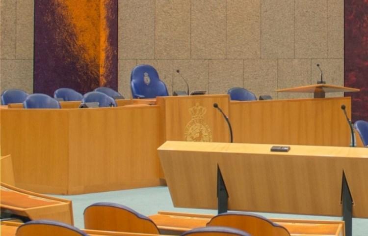 Tweede Kamer met links de stoel van de voorzitter (CC BY-SA 4.0 - Fedaro - wiki)