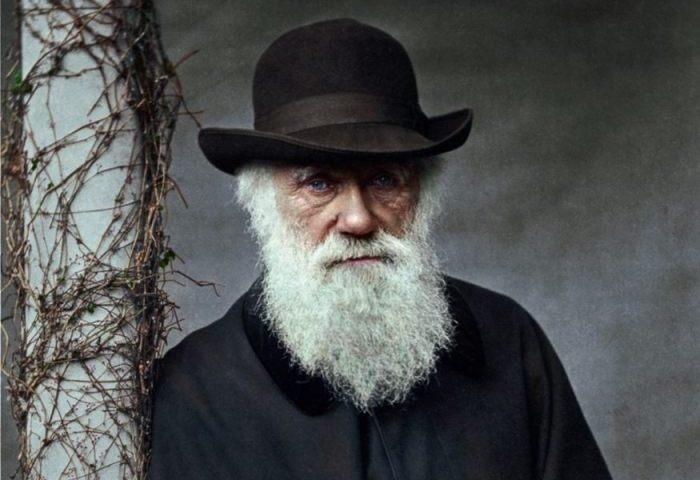 Detail van een foto van Charles Darwin - Foto uit: 'De tijd in kleur. Beelden uit de wereldgeschiedenis 1850 – 1960' - Dan Jones en Marina Amaral, Uitgeverij Omniboek