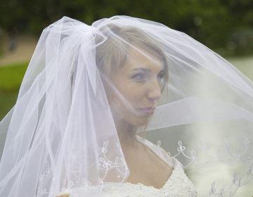 Een tipje van de sluier oplichten - Bruid met sluier (CC0 - Pixabay - Afishera)