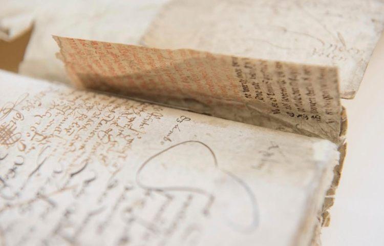 Het fragment voordat het werd losgemaakt uit het register van de schepenbank Hilvarenbeek – Fotografie William van der Voort / Regionaal Archief Tilburg