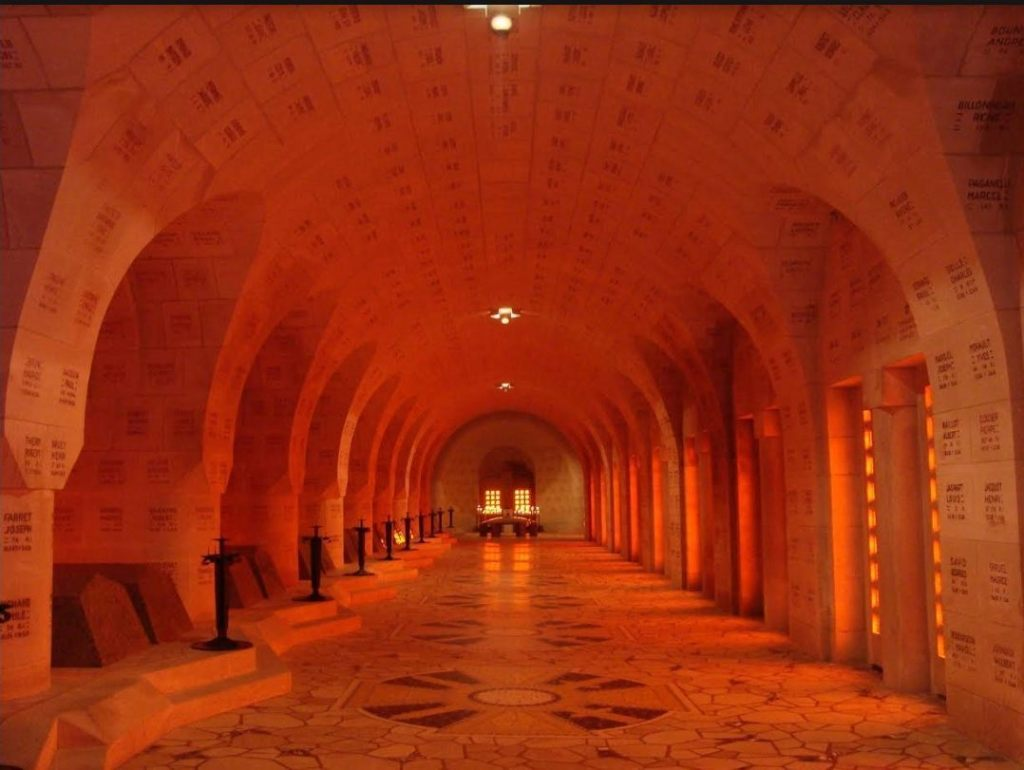 In het Ossuarium van Douaumont (E. Ruis)