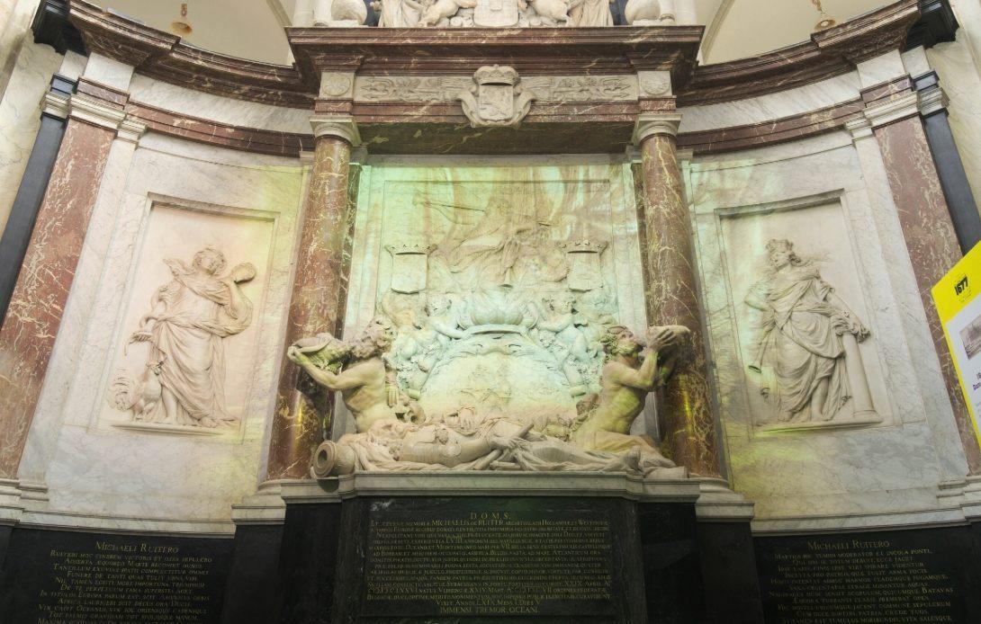 Gluren in het graf van Michiel de Ruyter