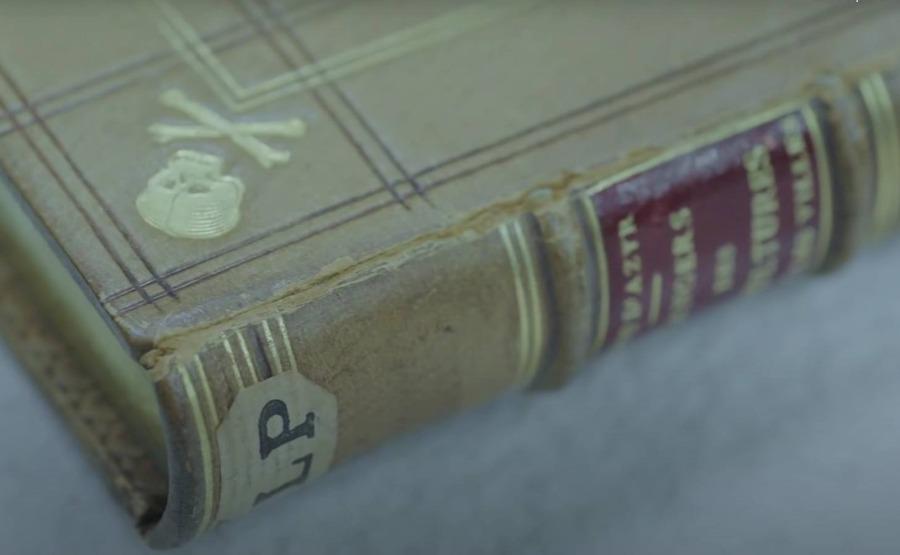Een boek met een kaft van mensenhuid