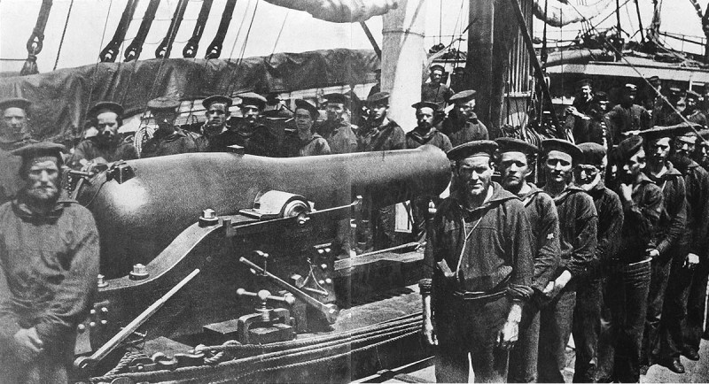 Crewmembers of US Military USS Wissahickon by the ship's 11-inch (280 mm) Dahlgren gun, circa 1863