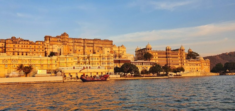 City of Lakes - Sunset Boat Ride at Lake Pichola gives a mesmerizing view of the City Palace