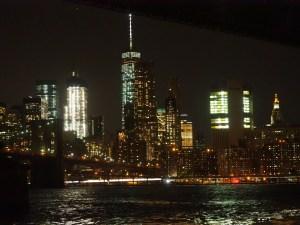 Die beleuchtete Skyline von Manhattan