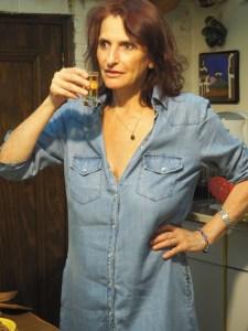 Nach einem weiteren Tequila Azul (übrigens mein Lieblingstequila, da er einen sehr sanften Geschmack hat) legt Elisabeth auch schon los.