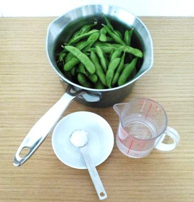 枝豆のゆで方①洗った枝豆と水を鍋に入れる