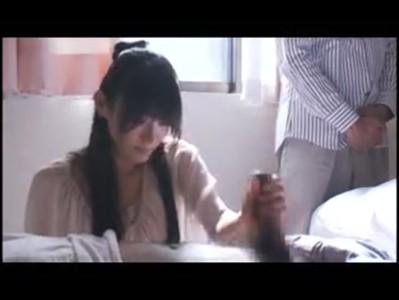 夫の目の前で抱かれる黒髪美人妻のひとずま動画