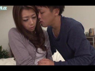 三十路美人妻が迫られてセックスしちゃうひとずま動画