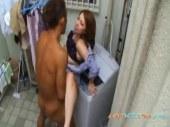 ベランダで隣人と浮気セックスしてる四十路熟女妻がエロいひとずまあだ