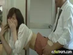 旦那のすぐ側でおまんこをハメられる奥様のひとずま動画像