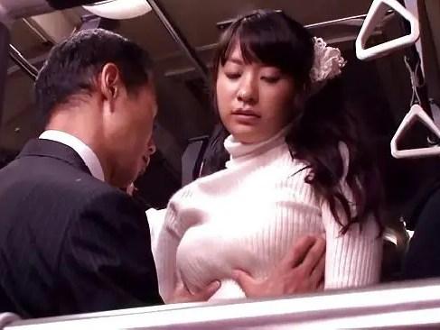 巨乳な若ママが満員バスの中でセックスしちゃうひとづまどうが