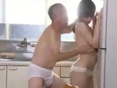 隣に住む新婚夫婦を大家の老人が監視し若妻を寝取っちゃう美人妻動画