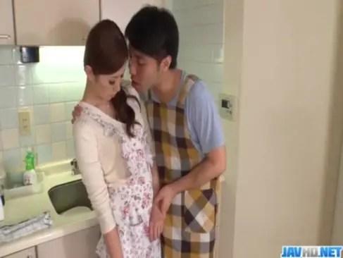 お料理教室の先生をしている美人妻が生徒の男達に襲われる!強引に手コキやフェラチオさせられてザーメンまみれのひとずま動画