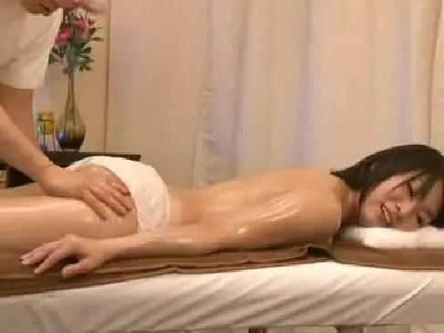 エステ店でレズマッサージをされてビクビクと痙攣しながら絶頂しちゃうむっちり系巨乳素人妻のひとずま動画
