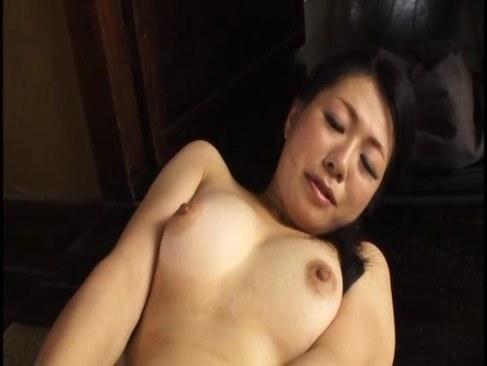 黒髪で清楚な田舎の叔母さんが淫乱な本性を曝け出し濃厚なセックスをしてるオバチャンノ-パン
