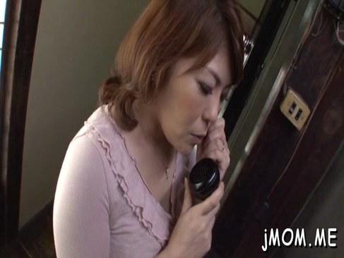 電話中におっぱいやおまんこを弄られ悶える田舎の豊満おばさんの日活 無料yu-tyubu