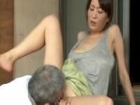 隣人と昼間から絡む淫乱美熟女母のいけない関係動画