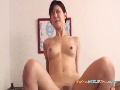 30代の貧乳美人妻が不倫の性交をして激しく腰を振り絶頂してひとずま動画無料あげ