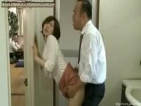 癒し系美人妻が必死に喘ぎ声を抑えてるひとずま動画