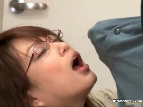 巨根を我慢できない知的な美人妻が家庭教師のパート中に生徒のチンポを咥える人つま 動画必ず