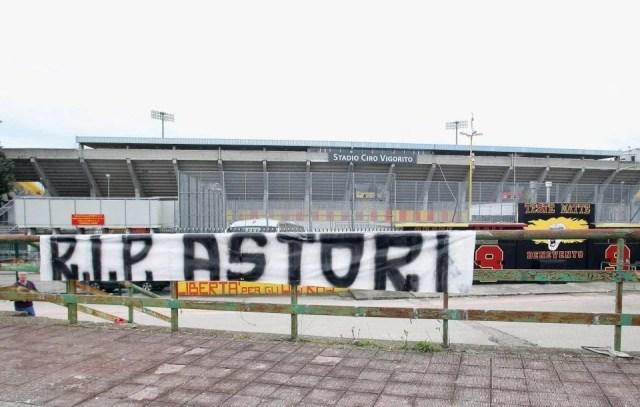 (Spanduk Tribute to Davide Astori di Benevento's stadium - Photo: Getty Images)