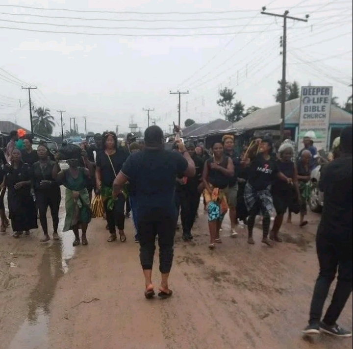 Rivers: Residents stage protest over poor state of road, light, hospitals in Oyigbo