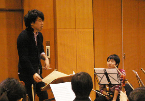 11月23日に東京・江東区で行われた練習風景。練習場所には苦労しているとの事。今回は10回の練習を重ねる予定。コンサートマスターは慶應高在学中の桝本康太さん