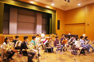 メンバーの中心は慶應高校在学中の皆さん。「自発的に集まる、日吉の丘フィルへの情熱いっぱいの若い力をぜひ見てほしい」と主宰の村松さん